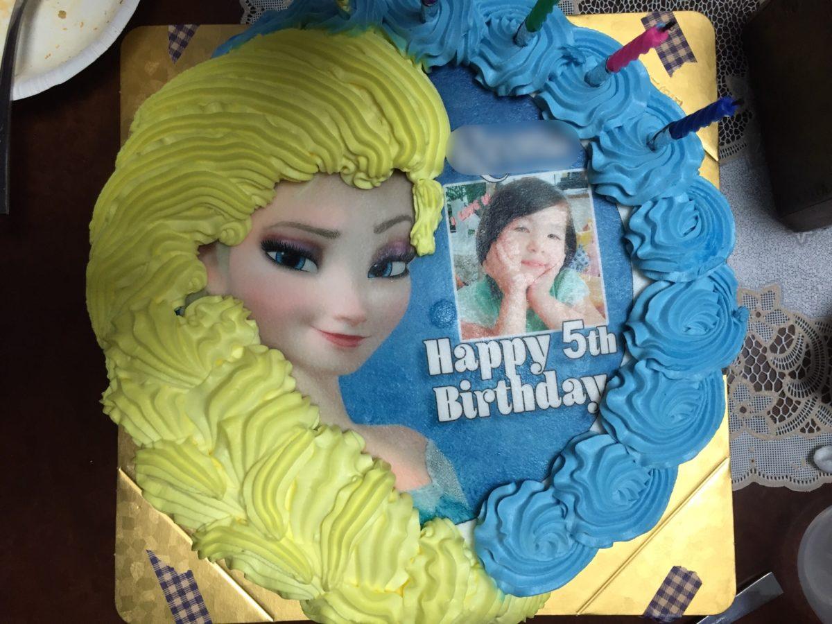 アナと雪の女王と写真が印刷されたバースデーケーキ