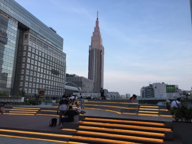 新宿サザンテラス口広場