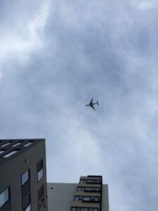 渋谷上空を低空飛行する羽田新ルートの飛行機