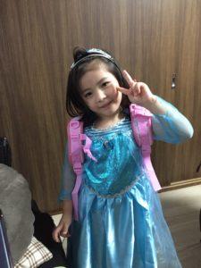 5歳のお誕生日の子はアナと雪の女王のエルサのコスプレ 5歳の誕生日ホームパーティーでマジシャンのマジックショー in 大田区