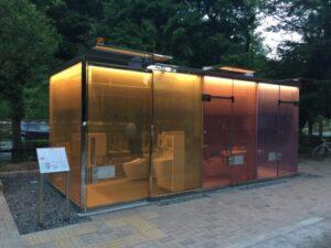 スケルトンの代々木の公衆トイレ スケているところ