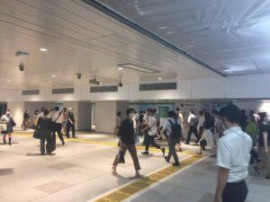 新宿駅の新しい東西自由通路 改札方面