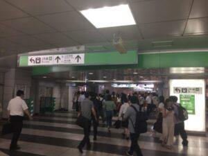 新宿駅の新しい東西自由通路 東口から西口を撮影