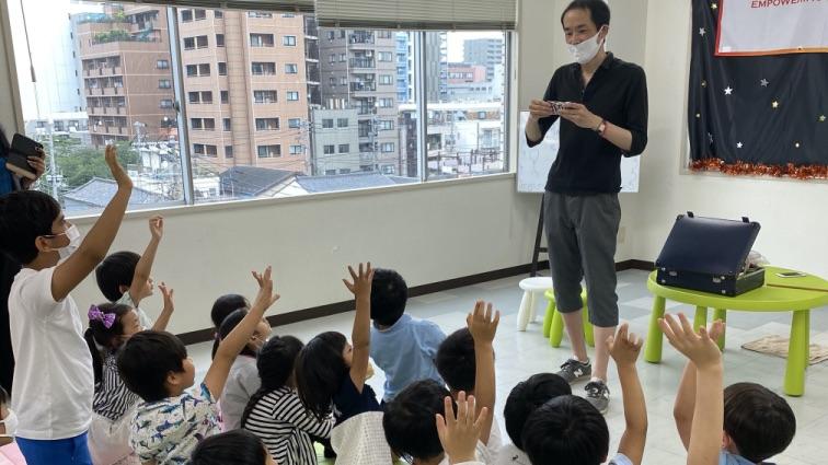 子供たちとマジシャンえいち 東京ベイインターナショナルサマースクールでマジシャンの子供向けマジックショー