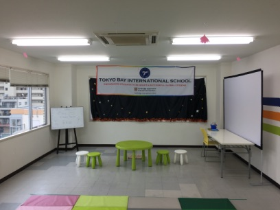 マジックショーの会場 東京ベイインターナショナルスクールのサマースクールでマジシャンの子供向けマジックショー