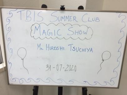 マジックショーのボード 東京ベイインターナショナルスクールのサマースクールでマジシャンの子供向けマジックショー