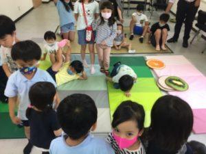 元気な子供達 東京ベイインターナショナルスクールのサマースクールでマジシャンの子供向けマジックショー