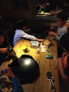 ベーゴマを進化させたおもちゃに夢中 日本を去るご家族の送別会にマジシャンの子供向けマジックショー in ゼスト キャンティーナ 西麻布 港区