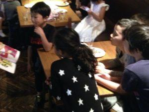 塗り絵のマジック 日本を去るご家族の送別会にマジシャンの子供向けマジックショー in ゼスト キャンティーナ 西麻布 港区