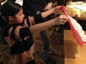 シルクのハンカチが怪しくないかを表裏を見せてもらっています 日本を去るご家族の送別会にマジシャンの子供向けマジックショー in ゼスト キャンティーナ 西麻布 港区