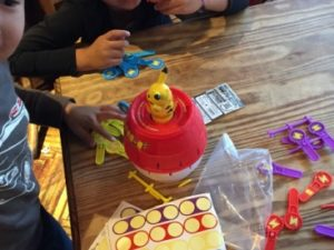 色んなゲームを持ち寄って遊んでいました 日本を去るご家族の送別会にマジシャンの子供向けマジックショー in ゼスト キャンティーナ 西麻布 港区