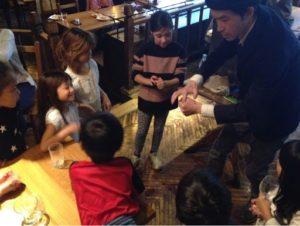 インチキしていない 日本を去るご家族の送別会にマジシャンの子供向けマジックショー in ゼスト キャンティーナ 西麻布 港区