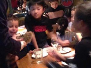 有名なロッキー・ラクーンです。ラッキー君ではありませんよ。日本を去るご家族の送別会にマジシャンの子供向けマジックショー in ゼスト キャンティーナ 西麻布 港区