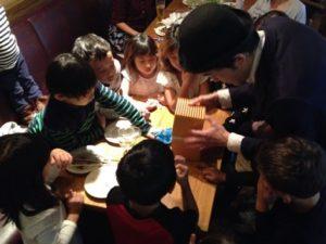 カラフルな不思議な箱 日本を去るご家族の送別会にマジシャンの子供向けマジックショー in ゼスト キャンティーナ 西麻布 港区