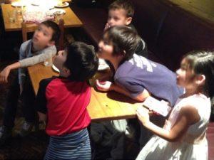 ロープとリングを使ったマジック 日本を去るご家族の送別会にマジシャンの子供向けマジックショー in ゼスト キャンティーナ 西麻布 港区