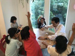 トランプを使ったゲームマジック 女の子のお誕生日ホームパーティーでマジシャンの出張/派遣マジックショー 東京都大田区