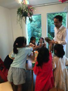 ロッキーに触りたがる子供 女の子のお誕生日ホームパーティーでマジシャンのマジックショー 東京都大田区
