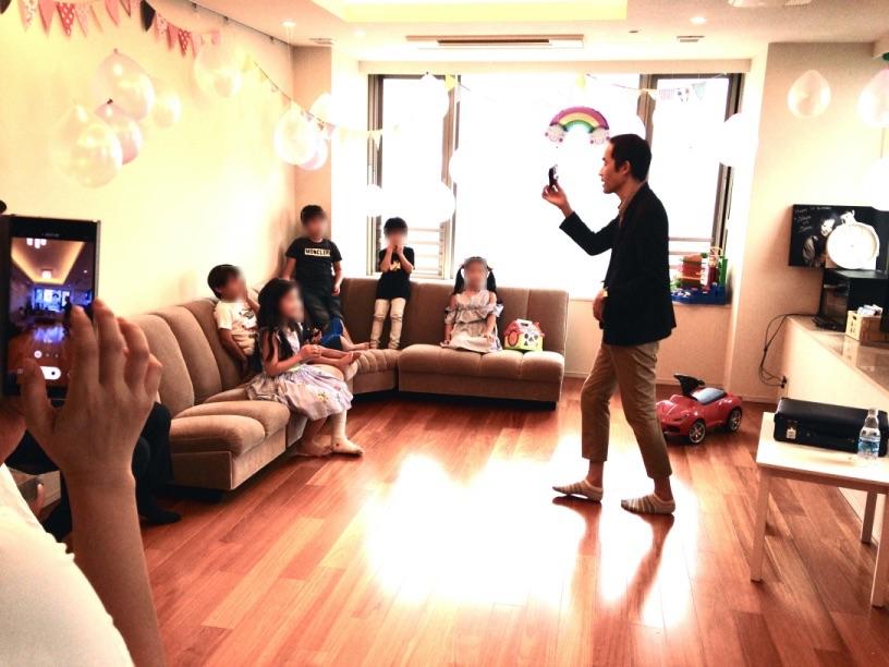 プレゼントを持ってきました。 7歳のお誕生日ホームパーティーでマジシャンのマジックショー 東京都港区