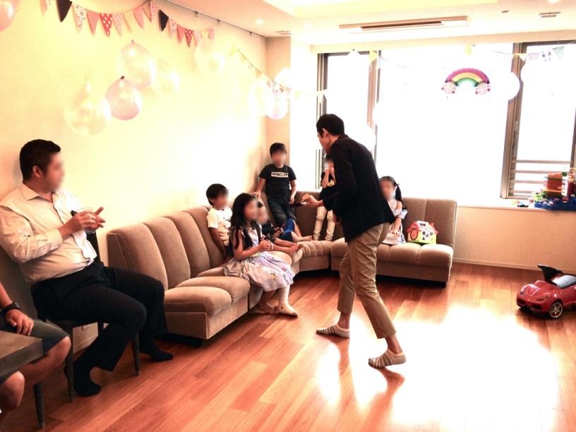 ケースを調べてもらいます。 7歳のお誕生日ホームパーティーでマジシャンのマジックショー 東京都港区