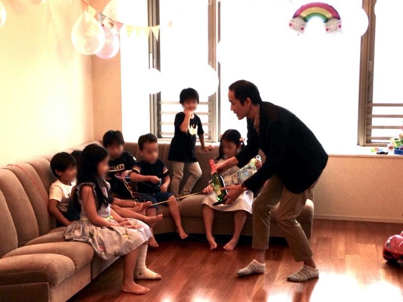 スパークリングジュースの出現 7歳のお誕生日ホームパーティーでマジシャンのマジックショー 東京都港区