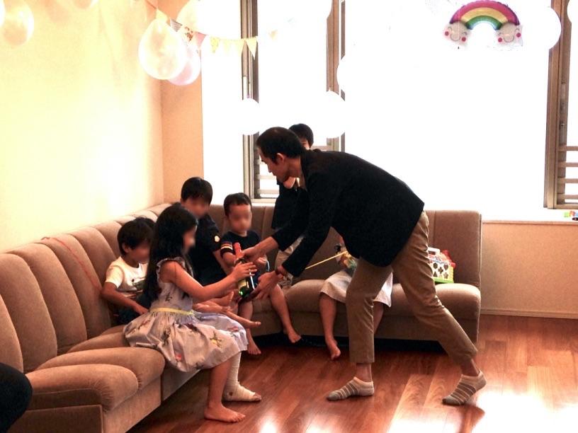 出てきたスパークリングジュースを本物か調べてもらいます 7歳のお誕生日ホームパーティーでマジシャンのマジックショー 東京都港区
