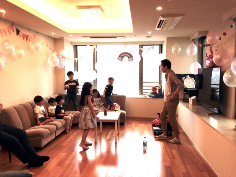 カップの上のボールが1つづつ底を貫通していきます。 7歳のお誕生日ホームパーティーでマジシャンのマジックショー 東京都港区