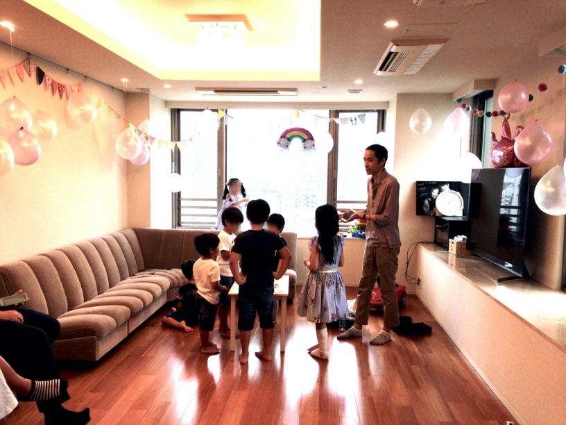 iPhoneの中に子供達のカードが入ります 7歳のお誕生日ホームパーティーでマジシャンのマジックショー 東京都港区
