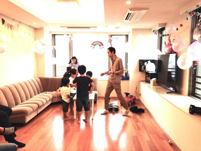 iPhoneマジックでシャフルしてもらっているところ 7歳のお誕生日ホームパーティーでマジシャンのマジックショー 東京都港区