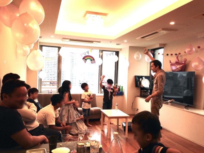 カードインボトルです 7歳のお誕生日ホームパーティーでマジシャンのマジックショー 東京都港区