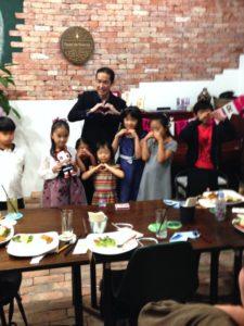 記念撮影 ハート 8歳のお誕生日ディナーパーティーでマジシャンのマジックショー 世田谷区奥沢