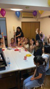 手をあげる子 8歳の娘さんのお誕生会でマジシャンの出張/派遣マジックショー 東京都港区