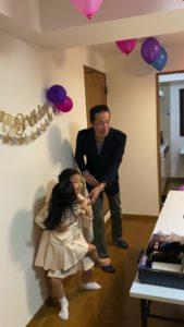 仲良しの2人 8歳の娘さんのお誕生会でマジシャンの出張/派遣マジックショー 東京都港区
