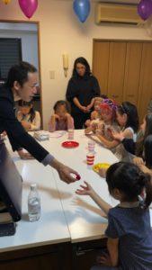 マジックの道具をよく調べてもらいます 8歳の娘さんのお誕生会でマジシャンの出張/派遣マジックショー 東京都港区