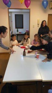 ボールをカップの上に乗せてもらいます 8歳の娘さんのお誕生会でマジシャンの出張/派遣マジックショー 東京都港区
