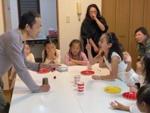 マジシャンに指摘をする娘 8歳の娘さんのお誕生会でマジシャンの出張/派遣マジックショー 東京都港区