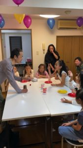 マジシャンに何かを指摘してます 8歳の娘さんのお誕生会でマジシャンの出張/派遣マジックショー 東京都港区