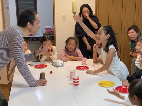 手を挙げて主張する娘 8歳の娘さんのお誕生会でマジシャンの出張/派遣マジックショー 東京都港区
