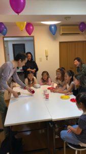 デカい玉が出てきてびっくり 8歳の娘さんのお誕生会でマジシャンの出張/派遣マジックショー 東京都港区