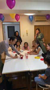 硬いボールです 8歳の娘さんのお誕生会でマジシャンの出張/派遣マジックショー 東京都港区
