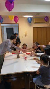 大きなボールに興味を示す子供たち 8歳の娘さんのお誕生会でマジシャンの出張/派遣マジックショー 東京都港区