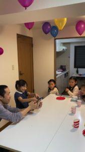 女の子にハサミでロープを切ってもらいます 8歳の娘さんのお誕生会でマジシャンの出張/派遣マジックショー 東京都港区
