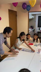シャフルして揃えてもらいます 8歳の娘さんのお誕生会でマジシャンの出張/派遣マジックショー 東京都港区