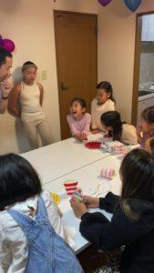 笑っちゃダメだというと笑う子供 8歳の娘さんのお誕生会でマジシャンの出張/派遣マジックショー 東京都港区