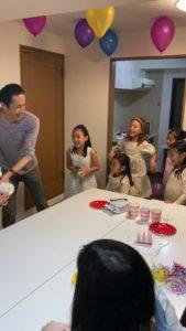 種を教えたくてしかたない子供達 8歳の娘さんのお誕生会でマジシャンの出張/派遣マジックショー 東京都港区