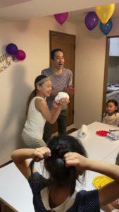 最後はペーパーボールをプレゼント 8歳の娘さんのお誕生会でマジシャンの出張/派遣マジックショー 東京都港区