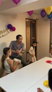 大きなペーパーボールが消えます 8歳の娘さんのお誕生会でマジシャンの出張/派遣マジックショー 東京都港区