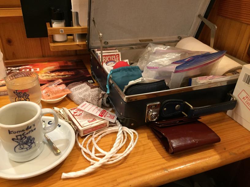 コメダのカウンターでショーの準備 大人の誕生会でマジシャンのマジックショー 神奈川県横浜市泉区