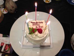 バースデーケーキにひろしつちやの名が! 大人の誕生会でマジシャンのマジックショー 神奈川県横浜市泉区