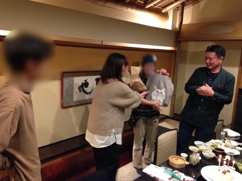 お誕生日プレゼントです 大人の誕生会でマジシャンのマジックショー 神奈川県横浜市泉区