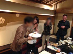 バースデーケーキのローソクを吹きます 大人の誕生会でマジシャンのマジックショー 神奈川県横浜市泉区